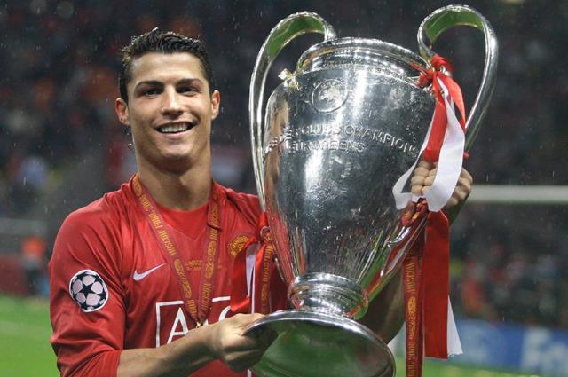 Cristiano Ronaldo, Manchester United'a transfer oldu.