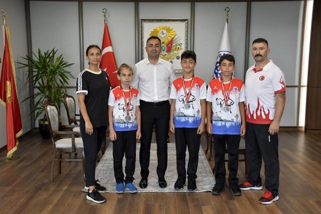Şampiyon karateciler mutluluğunu Başkan Erdoğan'la paylaştı