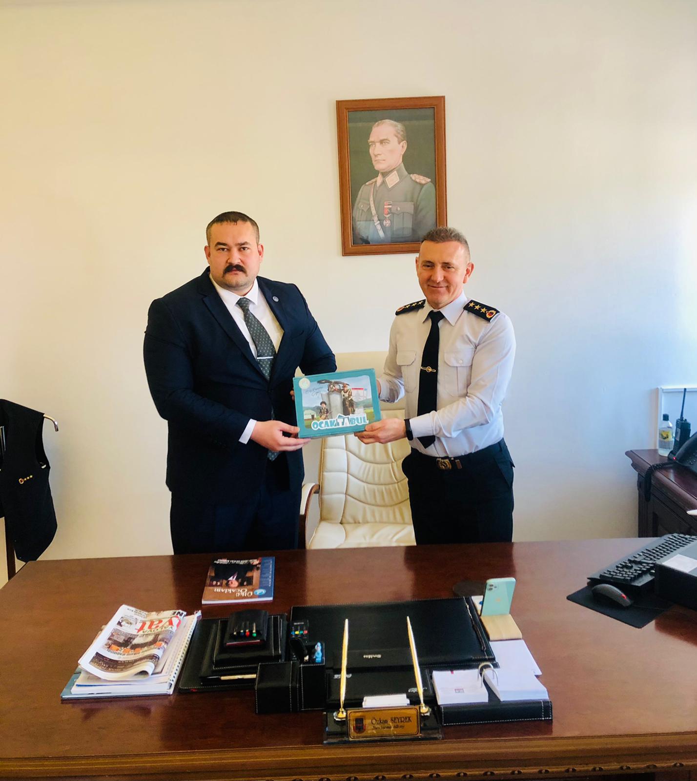Yalova Ülkü Ocakları Başkanı Bora Tanaçan, Yalova İl Jandarma Komutan Yardımcısı Albay Özkan Seyrek'i makamında ziyaret etti