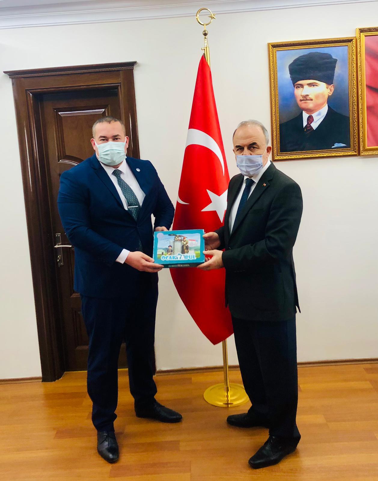 Yalova Ülkü Ocakları Başkanı Bora Tanaçan, Yalova Valisi Muammer Erol'u makamında ziyaret etti